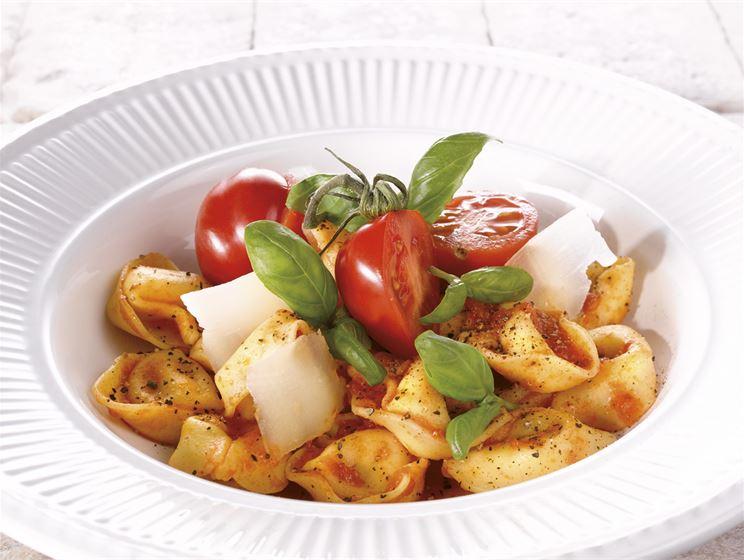 Tuorepastaa tomaatti-basilikakastikkeella