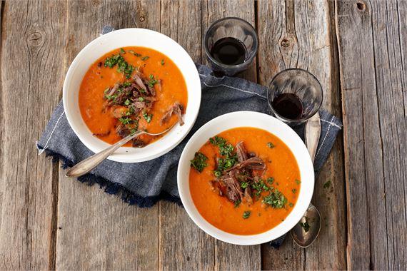 Chilinen lihakeitto: Sosekeittoon tulee harvoin lisättyä lihaa – paitsi, jos lihaa löytyy valmiiksi kypsänä. Ota ilo irti meal preppingistä ja valmista ruokaisa keitto, jossa on potkua.