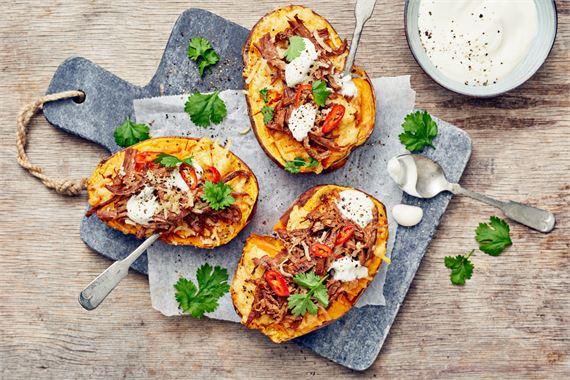 Täytetty bataatti: Ensimmäisessä ruokalajissa pulled beef saa rinnalleen ihanan makeaa bataattia ja tujauksen chiliä.