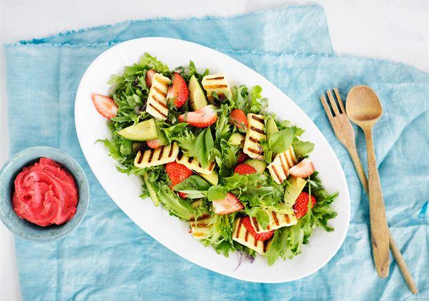 Grillijuusto-mansikkasalaatti & jäävinaigrette