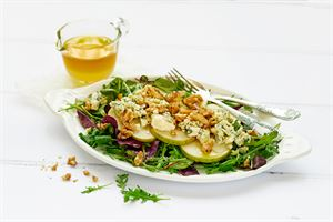 AURA saksanpähkinä-päärynäsalaatti