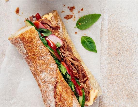 Patongit nyhtönaudalla: Vietnamilainen bánh mi eli täytetty leipä on yksinkertaisen herkullinen ruoka, johon pulled beef sopii loistavasti. Valmista kymmenessä minuutissa!