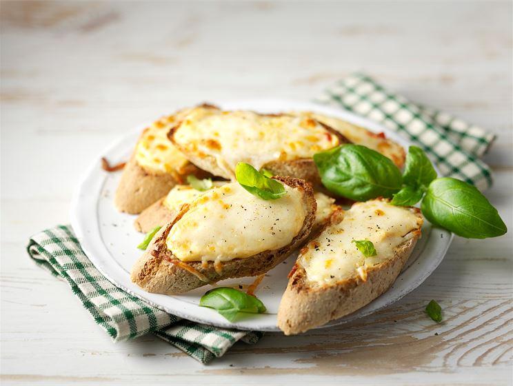 Kahden juuston crostinit