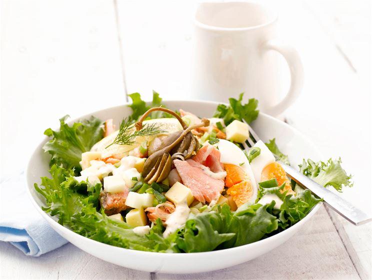 Savulohi-juustosalaatti