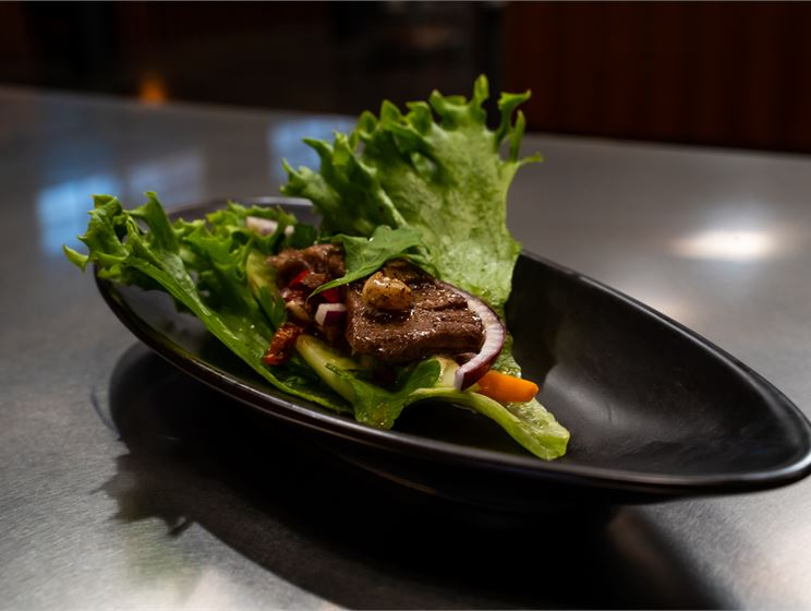 Perttu Sirviön naudan sisäfilettä, suikalesalaattia ja majoneesia salaattipedillä