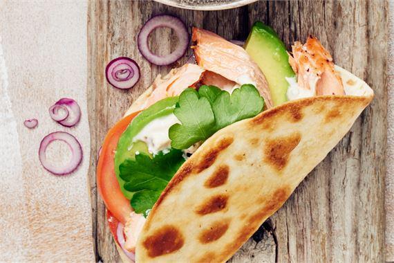 Lohitortillat: Loppu lohi maistuu raikkaiden tortillojen täytteenä avokadon ja jogurtin kera.