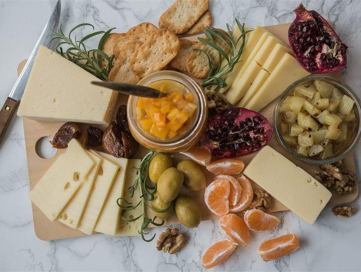Satokausikalenterin persimonhilloke ja päärynäkompotti juustoille