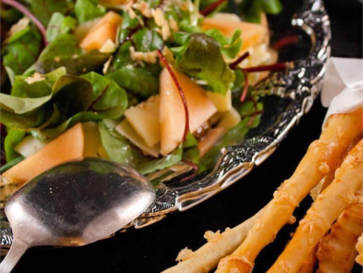 Turunmaalaiset grissinit ja juustoinen salaatti