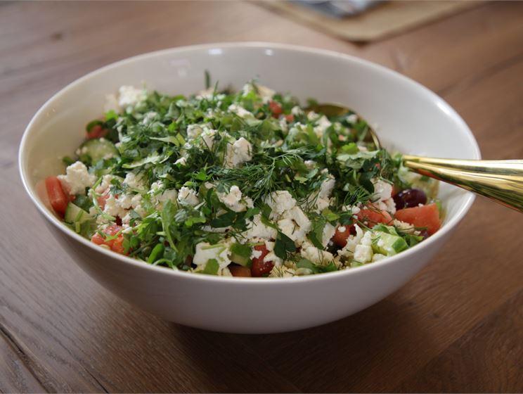 Teemu Laurellin vesimeloni-kurkkusalaatti ja salaattijuustoa