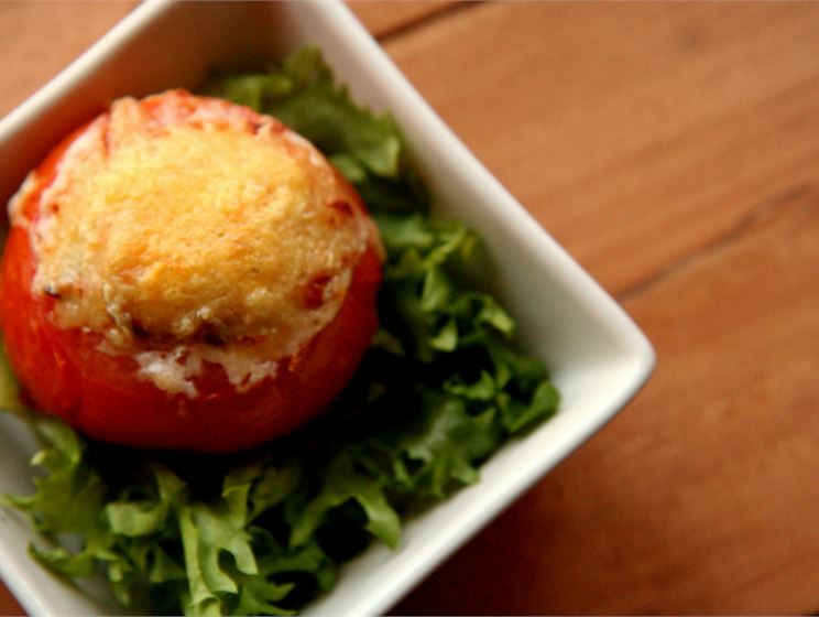 Suppilovahveroilla täytetyt tomaatit