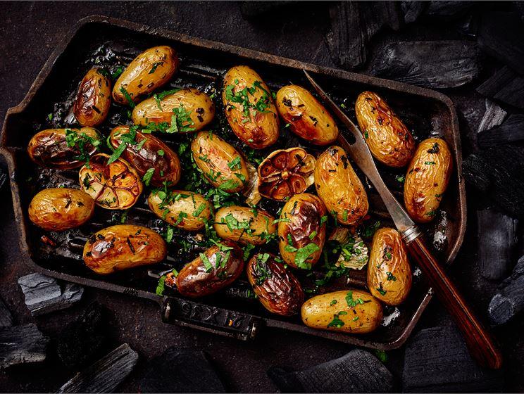 Uudet perunat grillissä