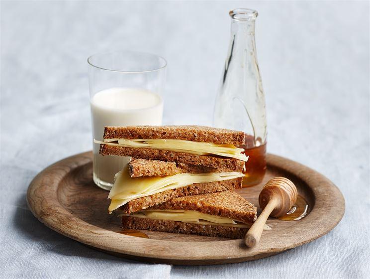 Rukiiset juusto-kolmioleivät