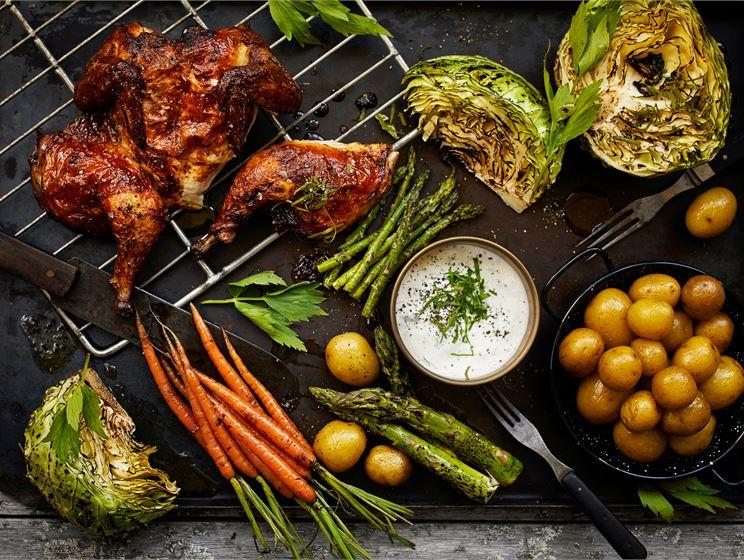 Piimämarinoitua kananpoikaa, piimämajoneesia ja savustettua varhaisperunaa