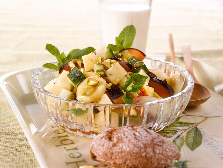 Syyssalaatti hedelmistä ja juustosta