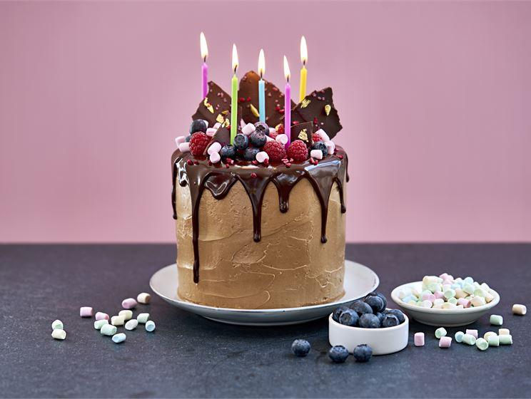 Födelsedagstårta med hallon och blåbär