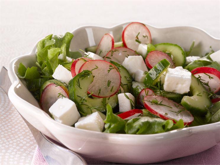 Raikas kurkku-juustosalaatti