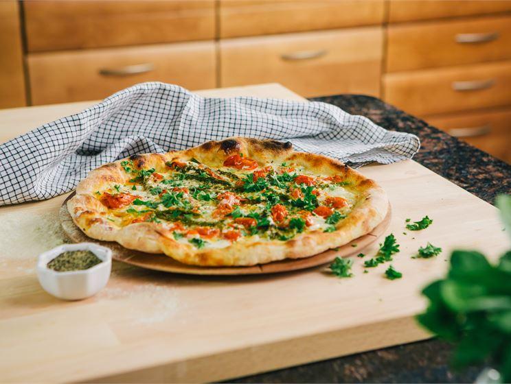 Valkoinen pizza parsalla