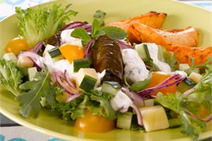 Viininlehtikääryle-juustosalaatti