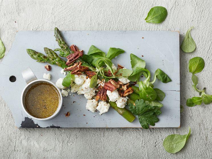 Juustoinen parsa-pekaanipähkinäsalaatti