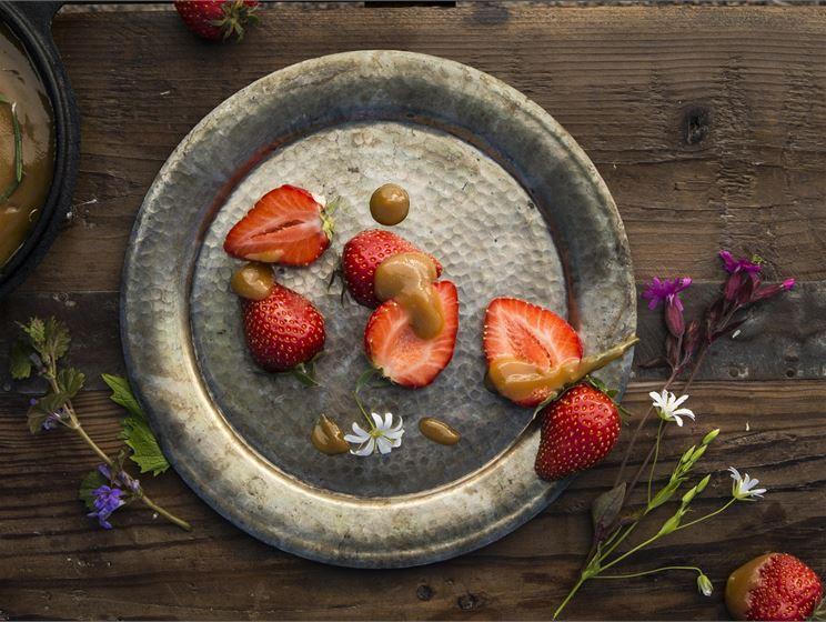 Suolainen kinuskikastike ja mansikat