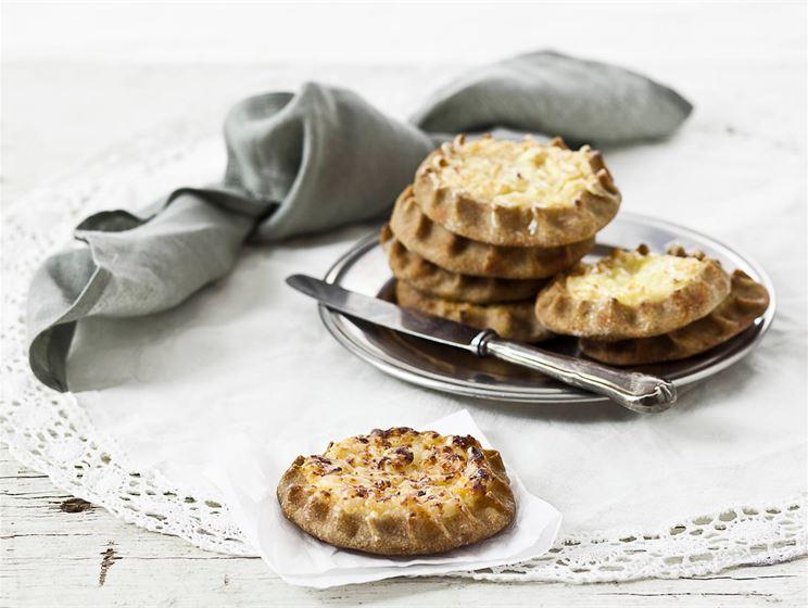 Mangochutney- ja juustoriisipiirakat