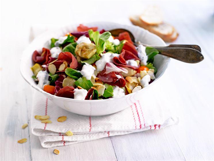 Serranokinkku-salaatti