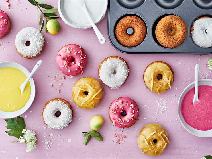 Värikkäät donitsit pellillä
