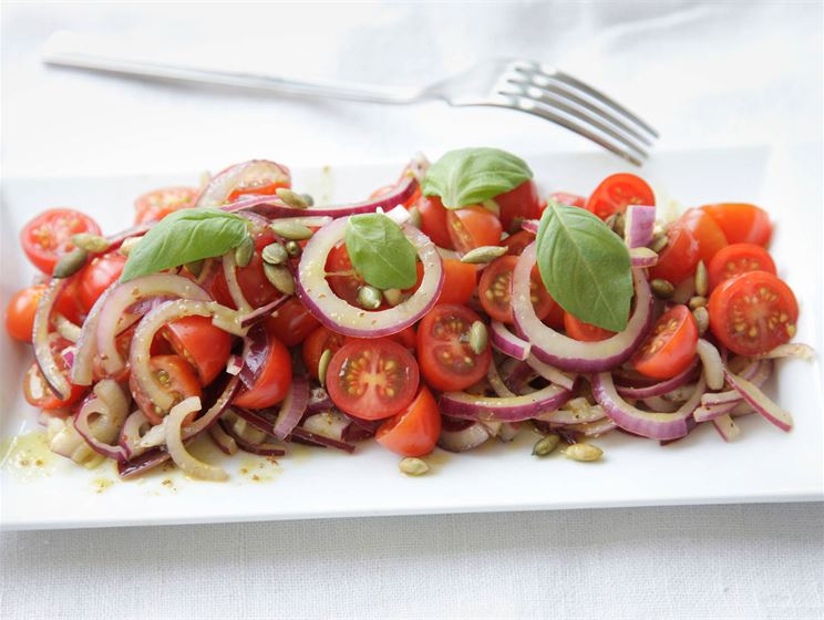 Raikas tomaatti-punasipulisalaatti