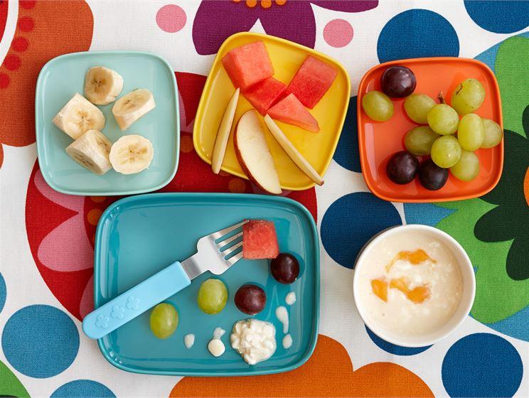 Hedelmät persikkakastikkeen kera lapsille