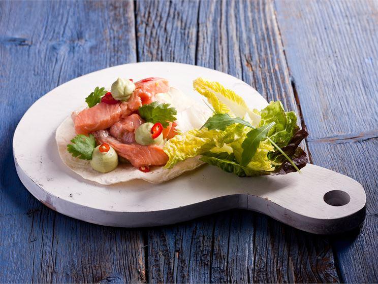 Lohi-ceviche, avokadoa ja salaattia