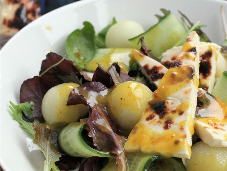 Roheline salat lapi juustu ja murakakastmega