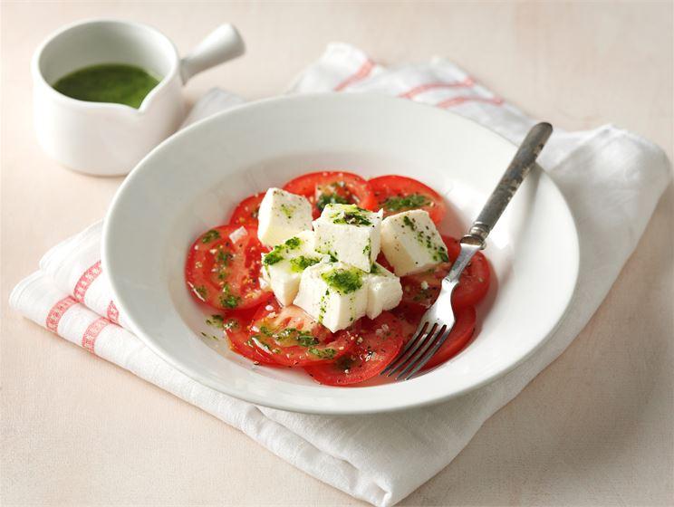 Kotijuusto-tomaattisalaatti