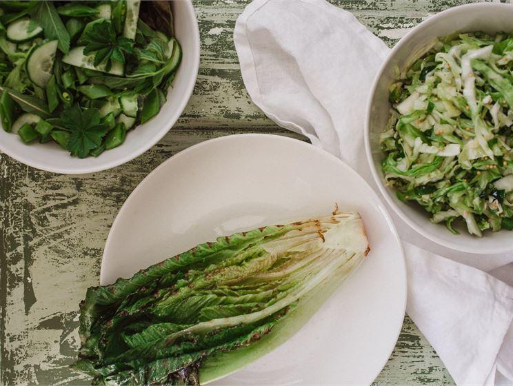 Satokausikalenterin kolme salaattipohjaa