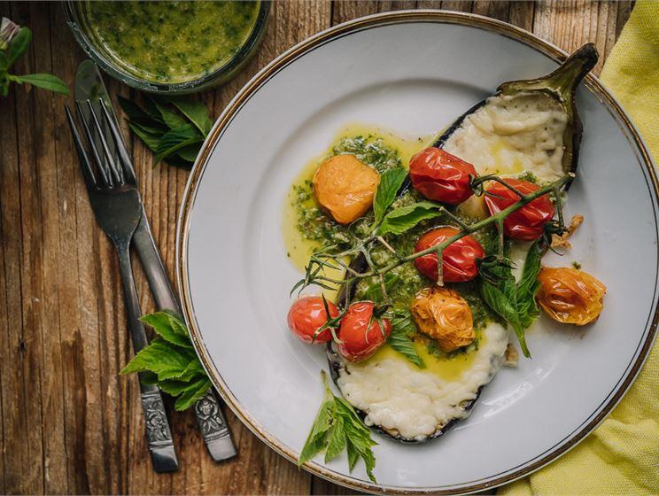 Satokausikalenterin grillatut munakoisopihvit ja villiyrtti salsa verde