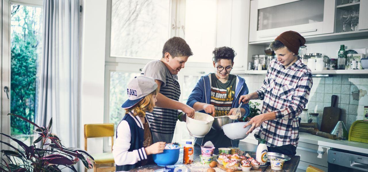 pojat leipomassa