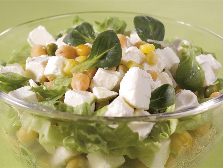Kikherne-juustosalaatti