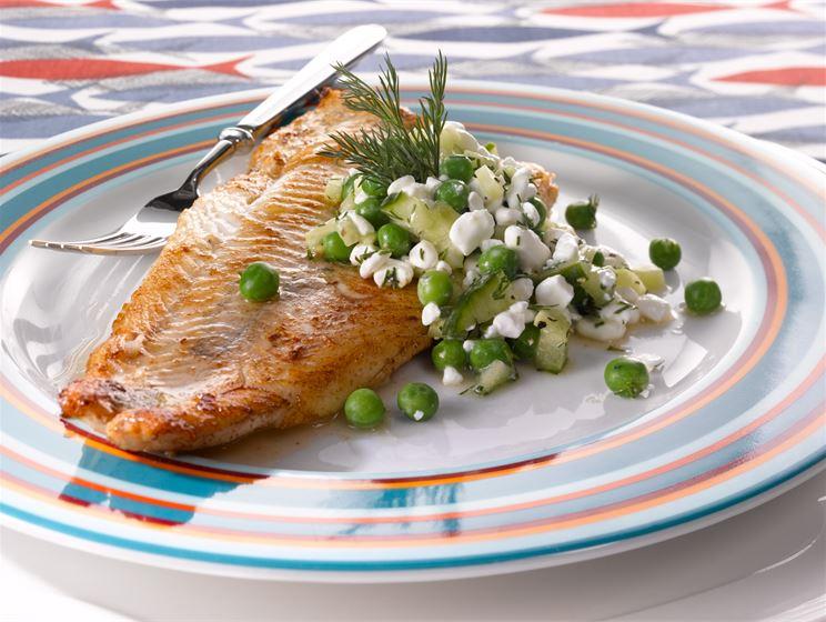 Paistettu kala & raejuusto-hernesalsa