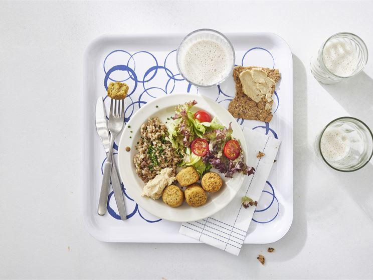 Falafelia, hummusta ja linssiriisiä