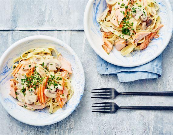 Lohi-herkkusienipasta: Kun lohi löytyy valmiina, riittää vain pastan keittäminen. Helppo kastike syntyy kätevästi pastan kiehuessa.