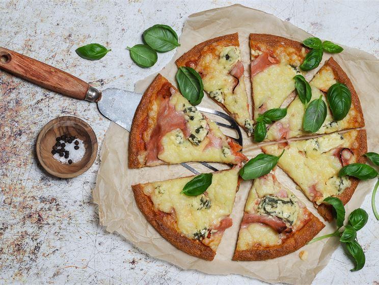 Ketopizza fat head -pohjalla