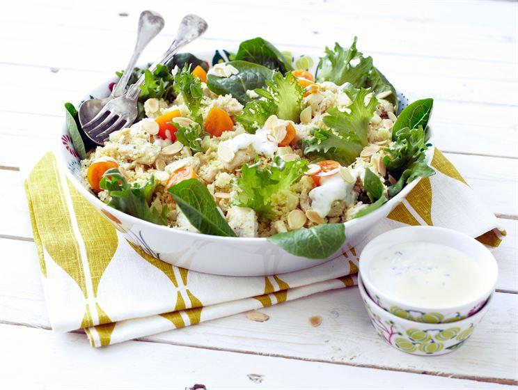 Couscous-broilerisalaatti ja minttukastike