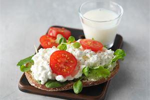 Raejuusto-tomaatti-basilikaleivät