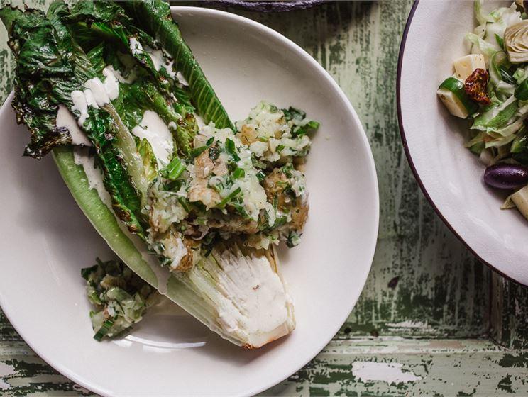 Satokausikalenterin kolme salaatinkastiketta