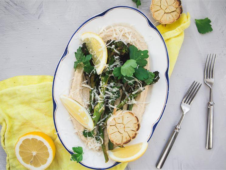 Satokausikalenterin Paahdetut broccoliinit & jogurttihummus