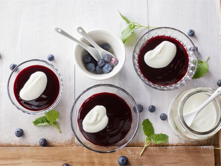 Mustikkakiisseli ja vaniljaista jogurttia