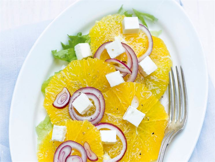 Appelsiini-sipulisalaatti