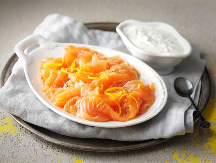 Appelsiinilohi ja piparjuurikastike