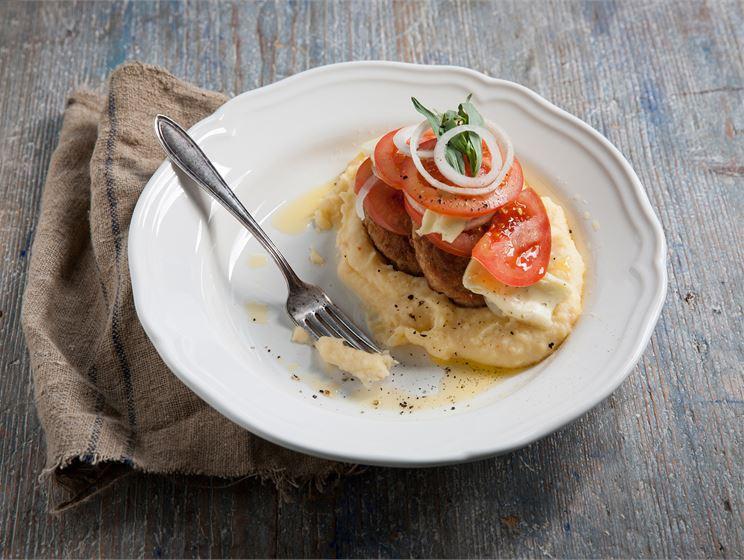 Koskenlaskija jauhelihapihvit, Koskenlaskija muusia ja Koskenlaskija tomaatti-sipulisalaattia