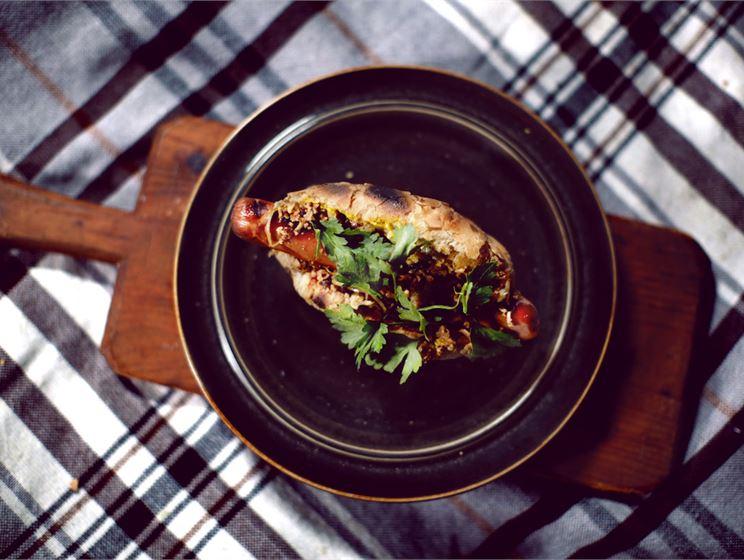 Hot dog karamellisoidun sipulin kera