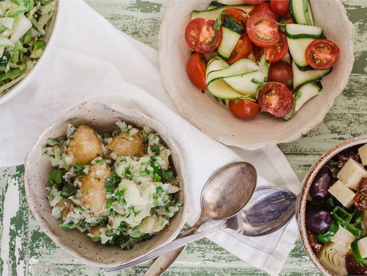Satokausikalenterin kolme salaattitäytettä